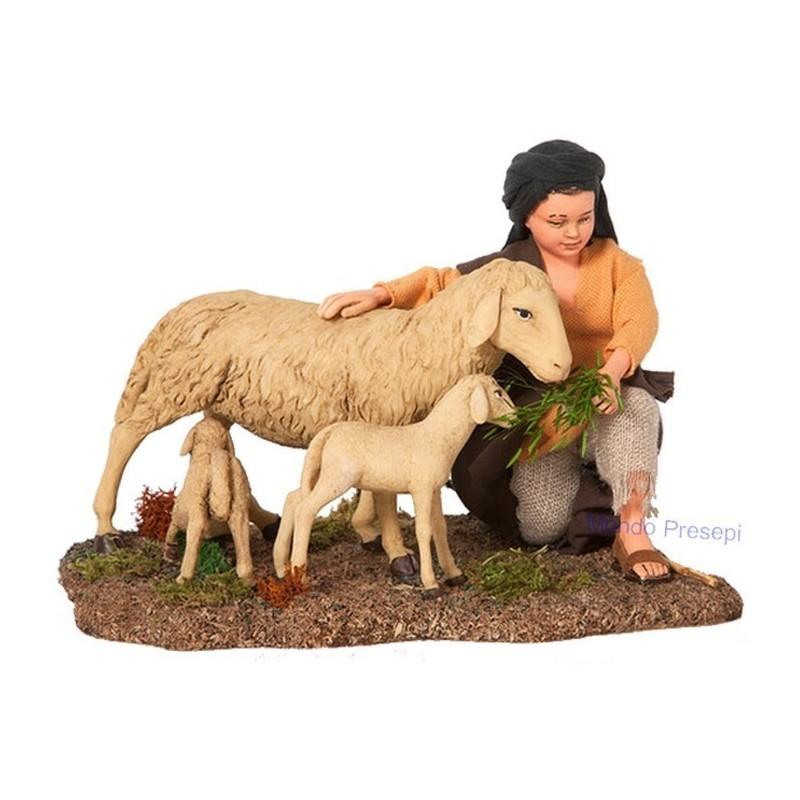 Bambino con pecora e agnelli STV30/64 Mondo Presepi