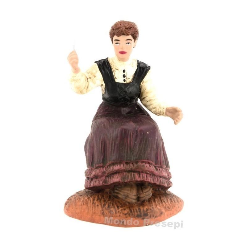 Mondo Presepi Donna che cuce serie cm 10 Oliver