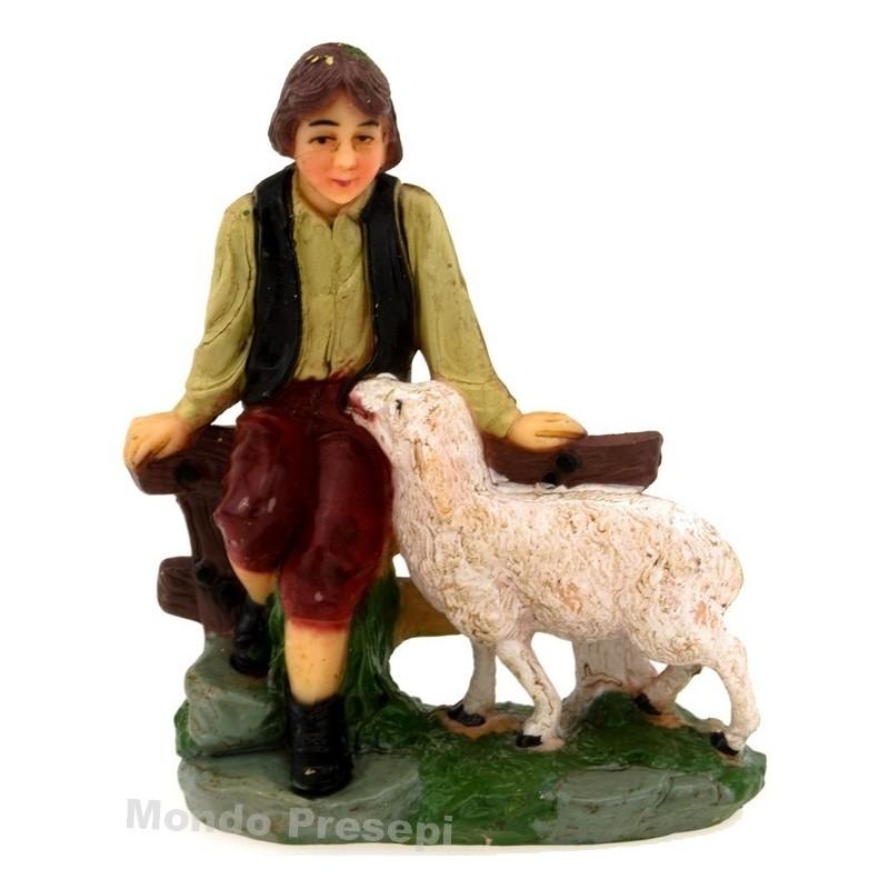 Mondo Presepi Ragazzo seduto con pecora cm 10 pvc patinato