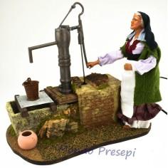 Donna alla fonte in movimento con statua Pigini