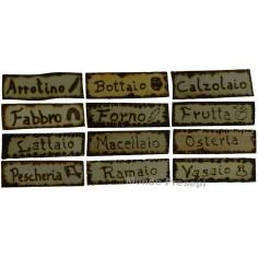 Insegna in legno con varie scritte:
