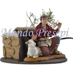 Mondo Presepi Cm 15 Pastore che accarezza la pecora