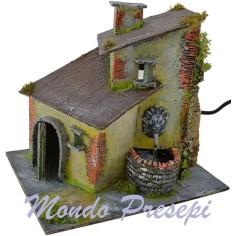 Casa stuccata con fontana funzionante cm 20x15x18 h.